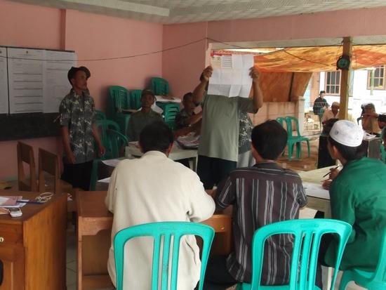 Patugas KPPS keur ngitung surat sora disaksian ku saksi