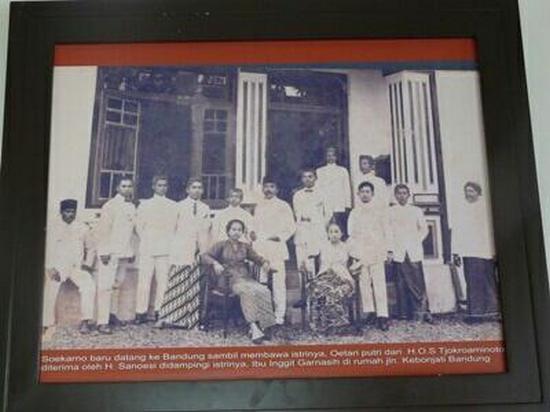Haji Sanoesi dipotret jeung Soekarno di hareupeun imahna di Jalan kebonjati