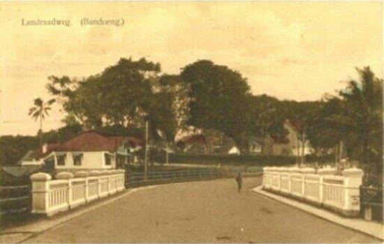 Jalan Lanraad anu ngaliwatan gedong Lanraad dina samemeh 1920