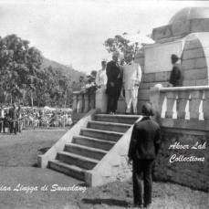 Nalika ngaresmikeun Monumen Lingga dina taun 1921-an