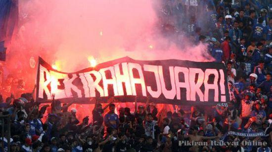 Spanduk bobotoh Persib Bandung anu nanyakeun yen Persib teh iraha arek jadi jawara deui