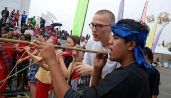 Mahasiswa luar nagri keur ngabandungan carana nyumpit