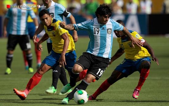 Argentina nalika tatandang ngalawan Ekuador. Duanana asup Piala Dunia 2014