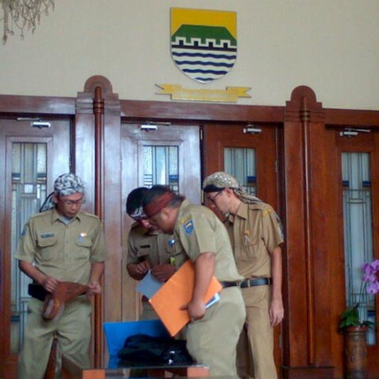 Pagawe pamarentah dayeuh Bandung marake iket