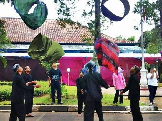 Kaulinan balon tina sarung dina pagelaran Festival Prabu Geusan Ulun poe kadua