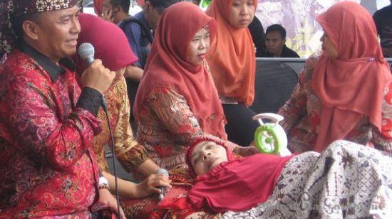 Ibu Een Sukaesih nalika medalkeun jeung ngaguar buku biografina di Alun-alun Sumedang