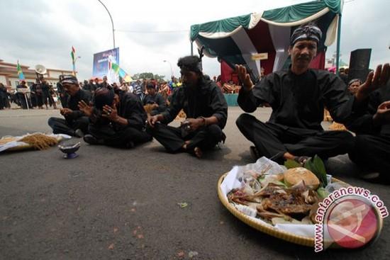 Wawakil ti Kabupaten Sumedang keur mintonkeun kasenian tradisi Ampih Pare