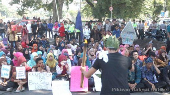 Sababaraha puluh urang mahasiswa UPI Bandung ngariung di hareupeun Gedong Saté