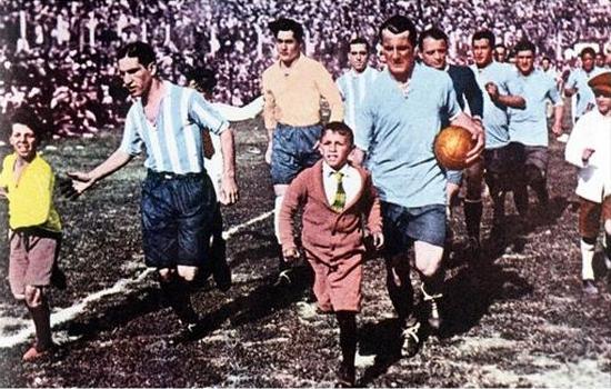 Pamaen Uruguay Jose Nasazzi jeung pamaen Argentina Manuel Ferreira mingpin timna asup ka lapangan di Final