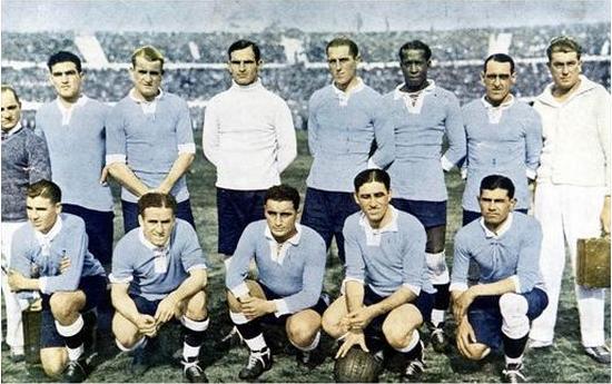 Pamaen tim Uruguay sanggeus ngelehkeun tim Argentina