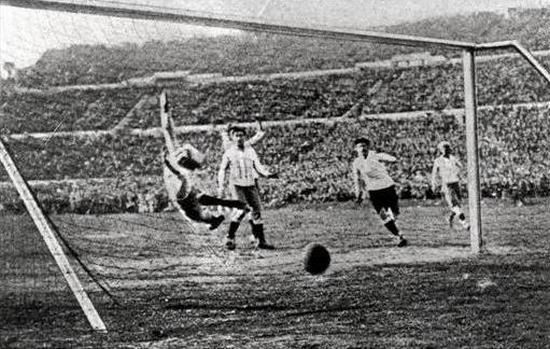 Gul kaopat tim Uruguay ti Hector Castro ka gawang Argentina