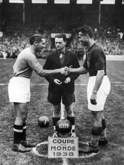 Kapten Itali, Giuseppe Meazza sasalaman jeung kapten Hungaria Gyorgy Sarosi saacan tatandang final