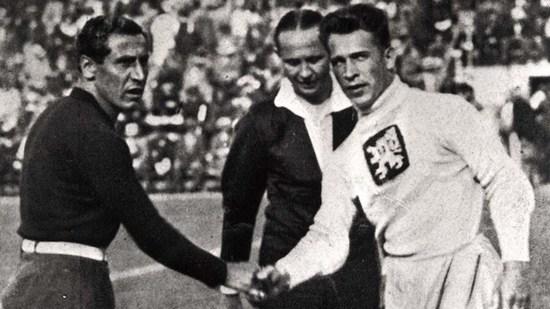 Kapten tim Itali keur sasalaman reujeung kapten tim Cekoslowakia samemeh tatandang undakan final