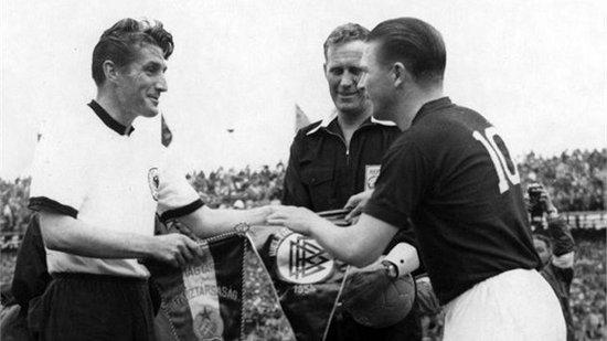 Kapten tim Jerman sasalaman reujeung kapten tim Hungaria samemeh tatandang dina undakan final