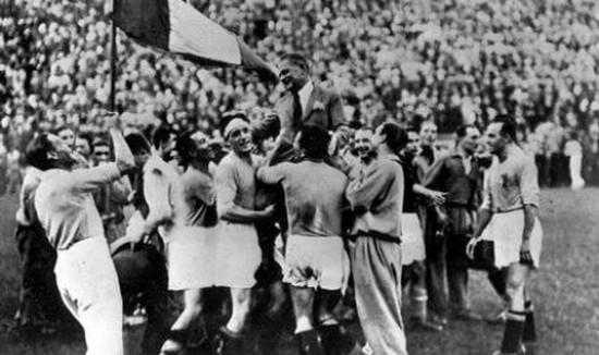 Gumbirana tim Itali sanggeus jadi jawara di Piala Dunia 1934