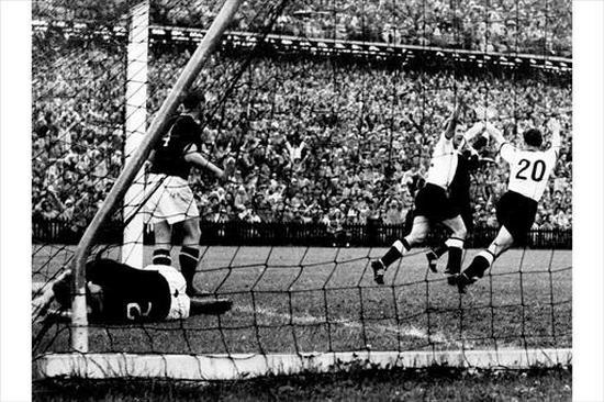 Gumbirana pamaen tim Jerman sanggeus bisa nyitak gul ka gawang tim Hungaria