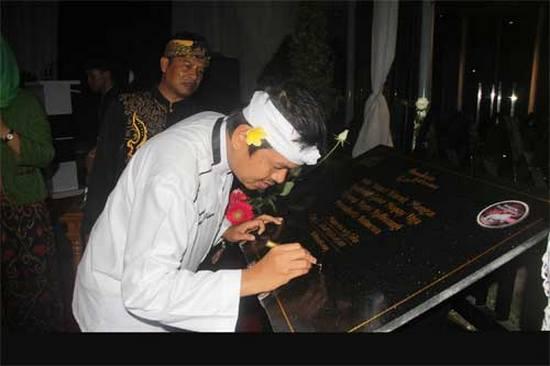 Bupati Purwakarta, H. Dedi Mulyadi SH nalika ngaresmikeun tilu karakter jeung ikon Purwakarta