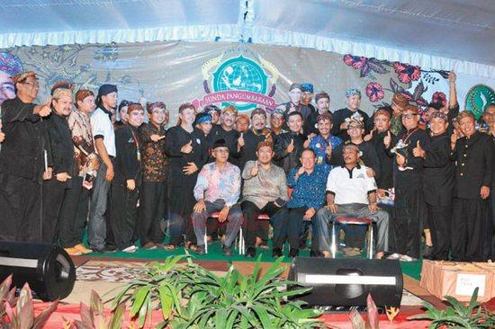 Gupernur Jawa Barat Ahmad Heryawan poto bareng anggahota Forum Komunikasi Masyarakat Tatar Sunda Pangumbaraan (Formasunda)