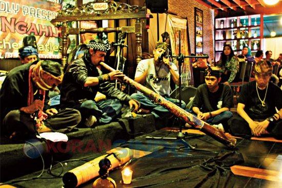 Komunitas Karinding Kasada keur pentas dina acara Soenda Ngahiji Tribute to The Beatles