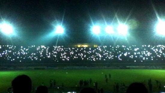 Kaayaan nalika pareum lampu stadion Si Jalak Harupat anu midangkeun tatandang Persib Bandung ngalawan Semen Padang