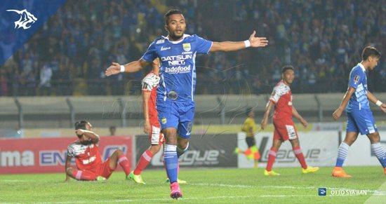 Zulham Zamrun anu nyitak tilu gul pikeun Persib Bandung dina ngelehkeun Martapura FC