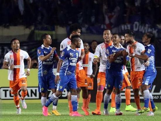 Campuhna tatandang Persib Bandung ngalawan Pusamania Borneo FC dina undakan Parapatfinal Piala Presiden 2015