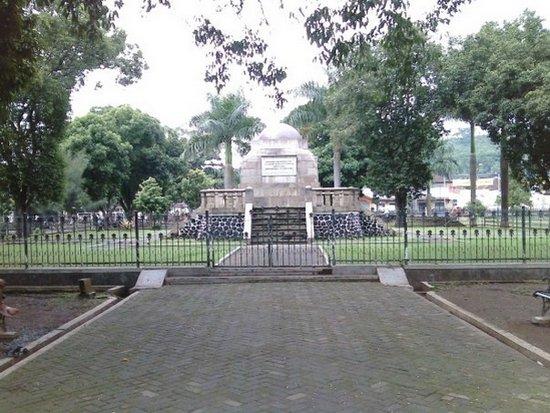 Monumen Lingga anu perenahna di Alun-alun Sumedang, dikurilingan ku tatangkalan
