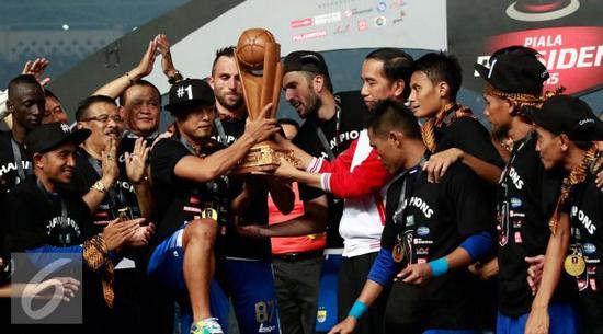 Kapten Persib Bandung, Atep Rizal narima piala Presiden ti Presiden Joko Widodo sanggeus mawa Persib Bandung jadi jawara Piala Presiden 2015