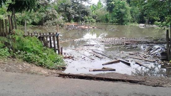 Cai ti bendungan Jatigede geus nepi ka sisi jalan di Dusun Batok Darmaraja