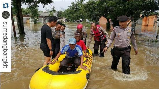 Paparahuan disadiakeun pikeun anu hayang meuntas jalan anu kakeueum di Dusun Betok