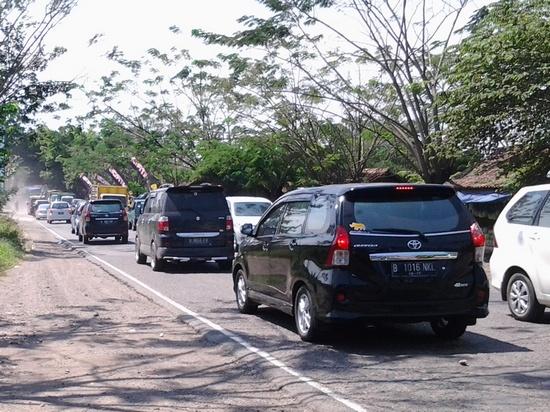 Jalan di Sumedang anu padedet ku kandaraan nalika mudik