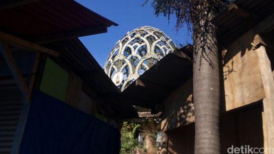 Tugu/Monumen di Taman Endog anu kahalangan ku jongko dagangan