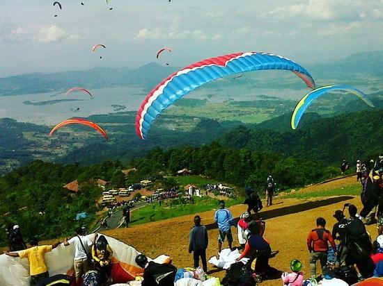 Olahraga paralayang di Batu Dua Linggajaya Sumedang