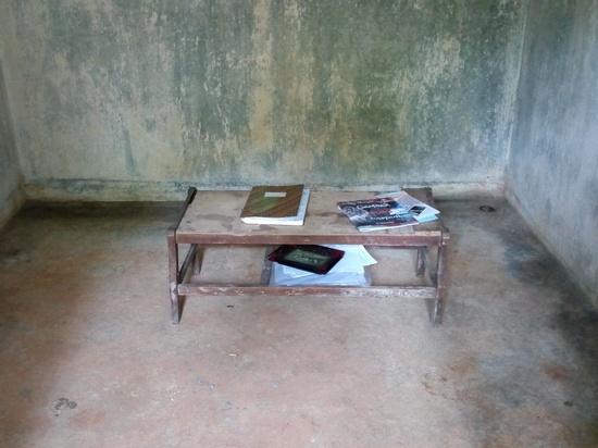 Meja jeung buku tamu di wangunan kahiji